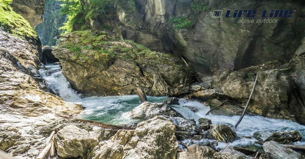 Wandelen door de kloven van de Alpen