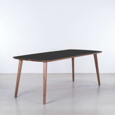 Sav & Økse Tomrer Table Black Fenix top - Walnut legs