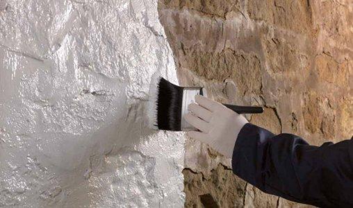 Vochtige Muren Verven.Vochtwerende Verf Voorkomt Doorslaan Van Optrekkend Vocht