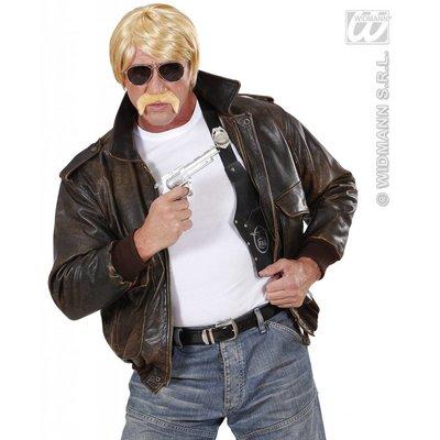 Undercover agent met snor en bril