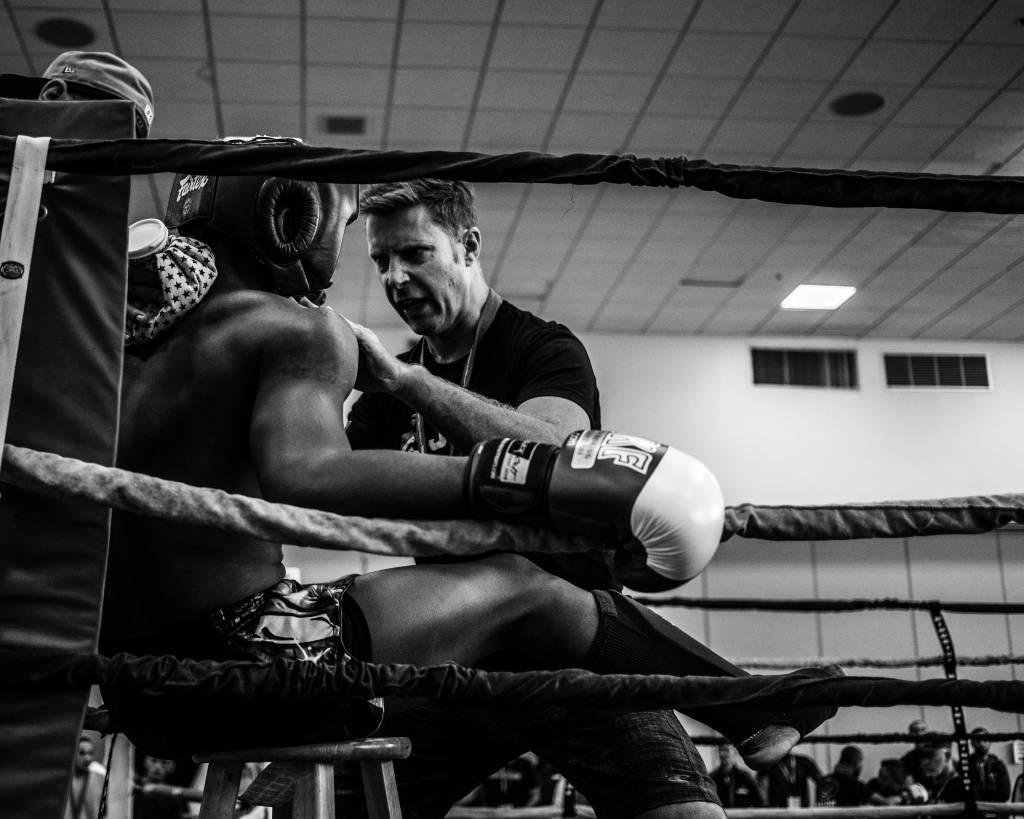 Mike Tyson bijt oor van zijn tegenstander af
