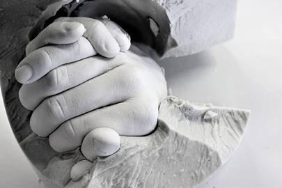 Machen Sie einen Gipsabdruck von Ihrer Hand