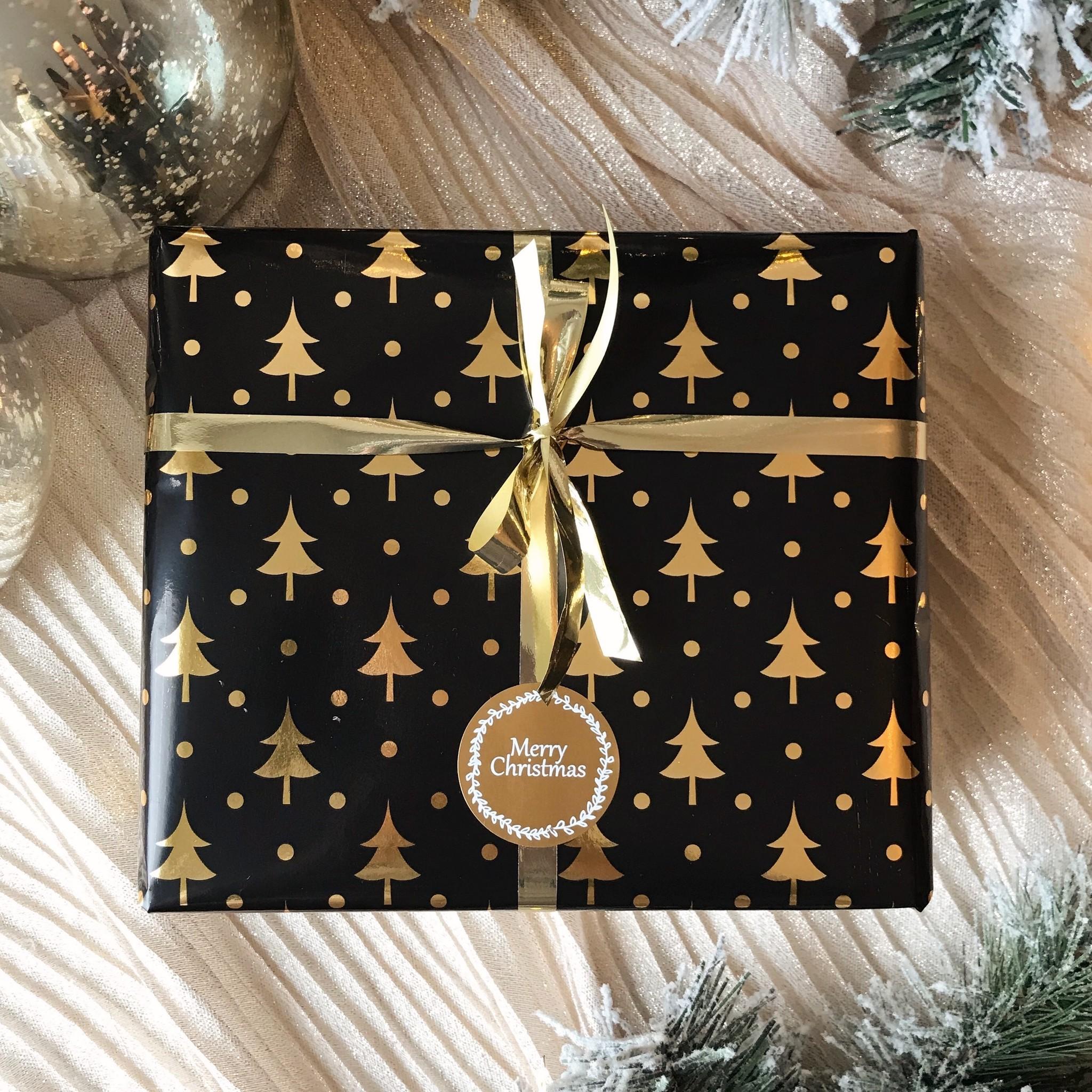Kerst Cadeaupapier - Christmas Trees, Black & Gold (Opgelet, door drukte neemt inpakken een dag langer in beslag.)