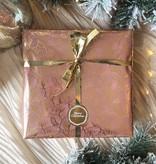 Kerst Cadeaupapier - Pink Leaves (Opgelet, door drukte neemt inpakken een dag langer in beslag.)