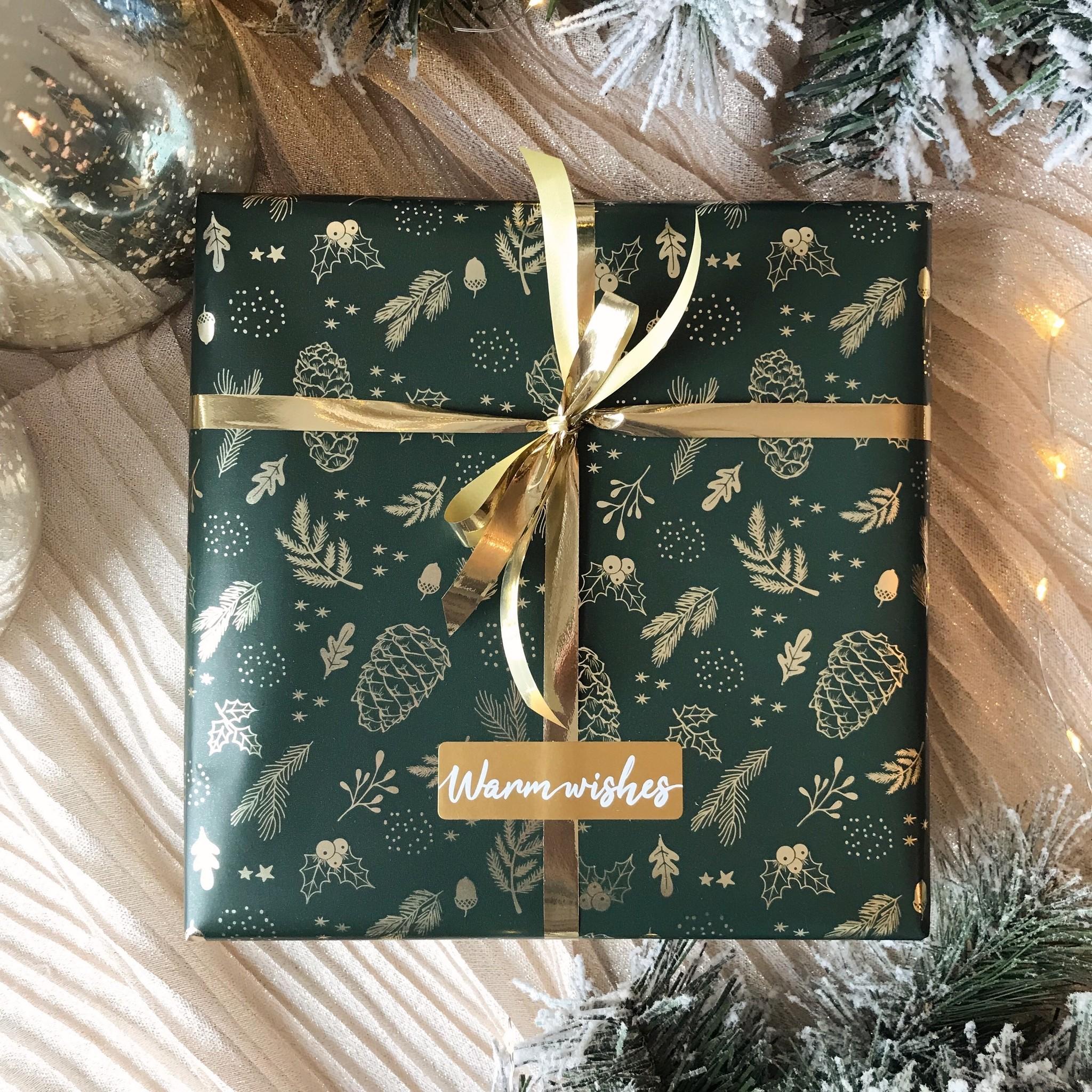 Kerst Cadeaupapier - Green Pinecones (Opgelet, door drukte neemt inpakken een dag langer in beslag.)