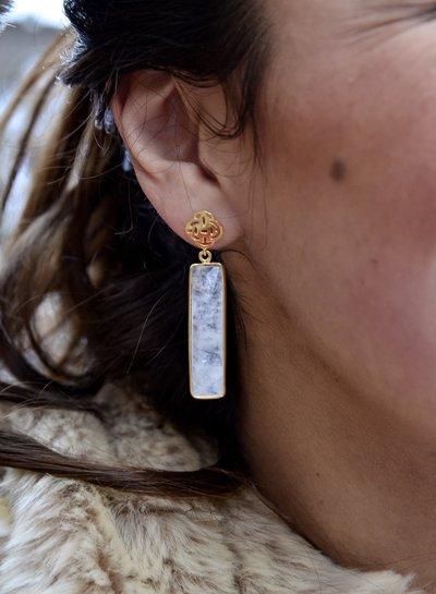 Marissa Eykenloof Logo oorbel goud met maansteen