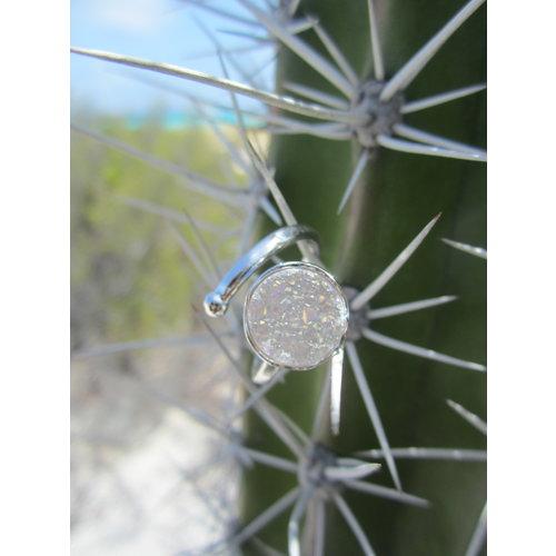 Marissa Eykenloof Zilveren ring met witte druzy agaat