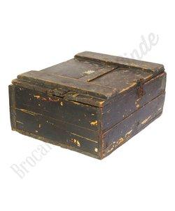 Zwarte houten kist