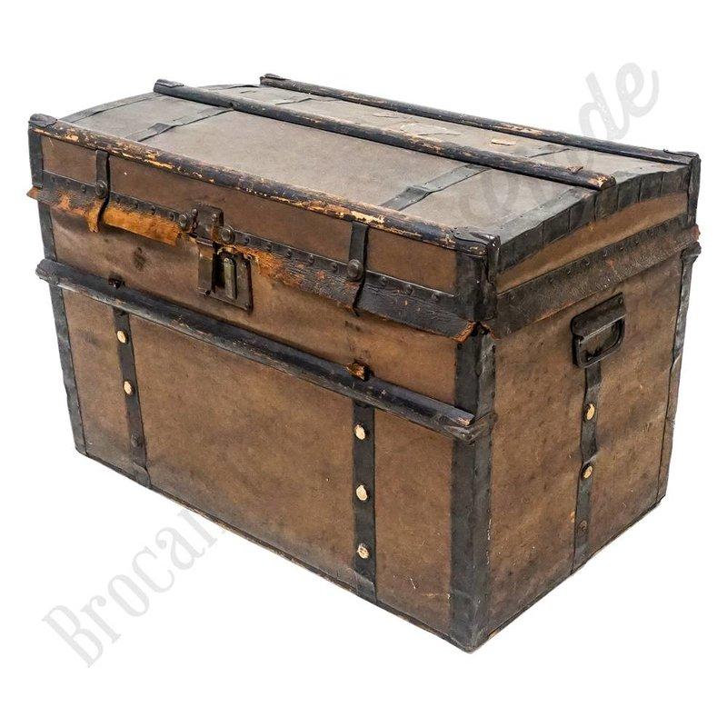 Oude robuuste kist met detaills