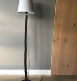 Puur Basic Home selection Stoere zwarte houten boomstam vloerlamp