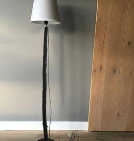 Puur Basic Home selection Houten boomstam vloerlamp zwart
