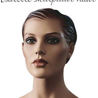 Isabelle met skulptuur haar