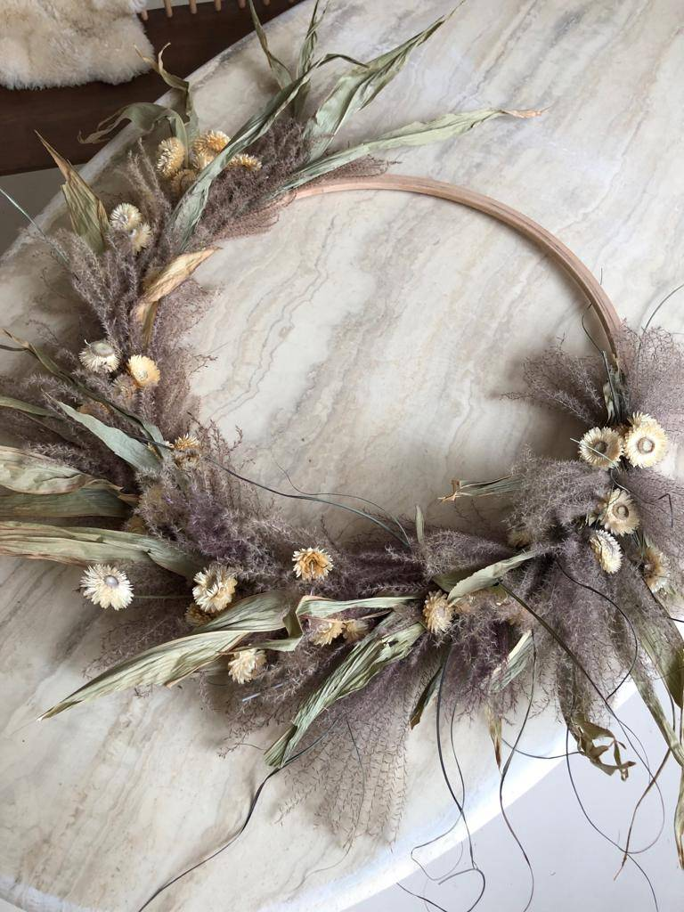 Raket & Distels Wreath of dried flowers and grasses on a hoop