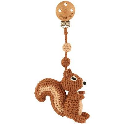 Sindibaba Kinderwagen-Clip mit Rassel Eichhörnchen braun