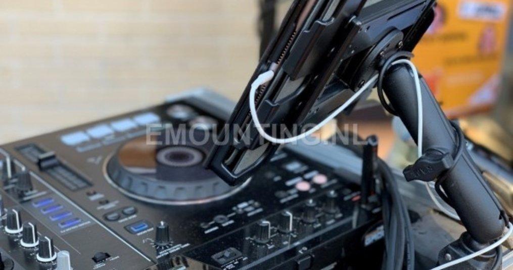 iPad gemonteerd op DJ-tafel met RAM Mounts