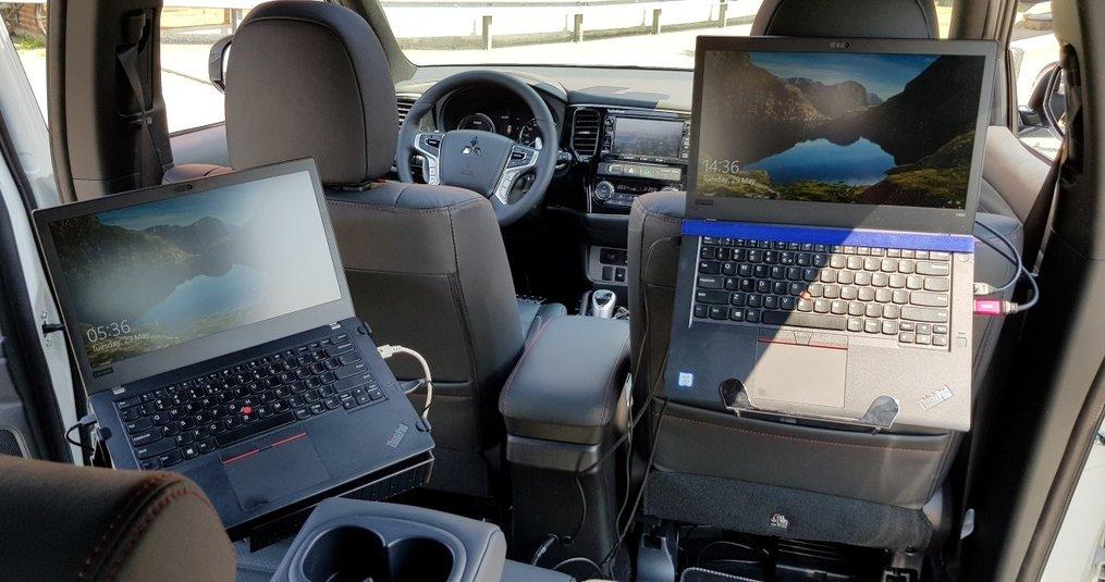 Super werkplek op de achterbank met Emounting laptophouders