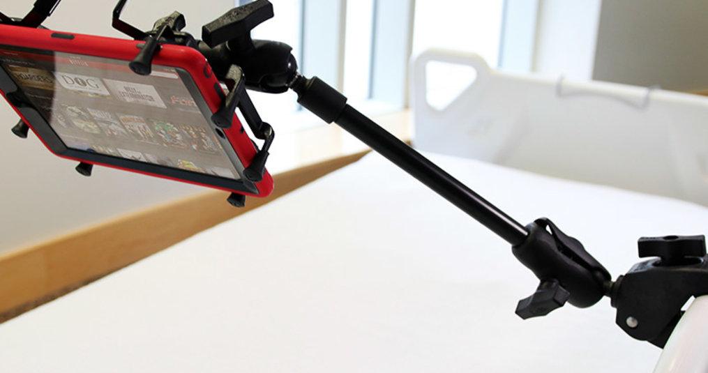 Tablet montage voor aan (ziekenhuis-) bed
