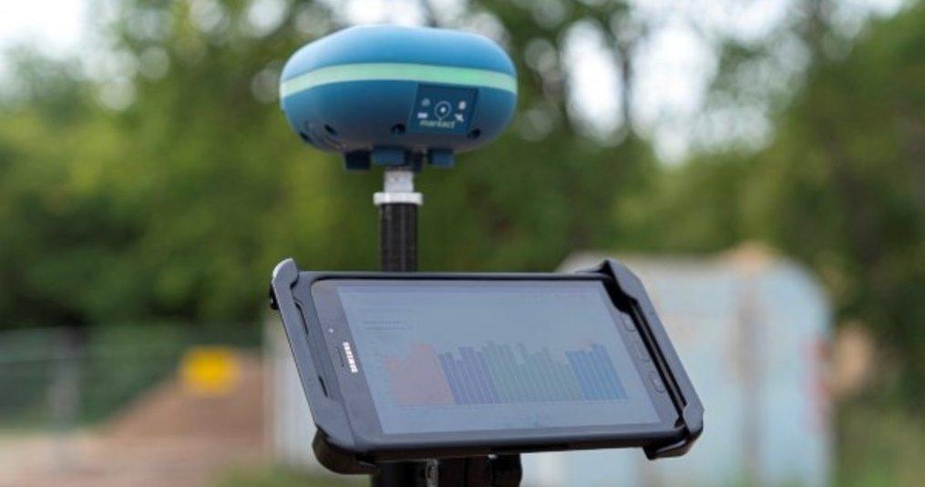 TAB Active op werkhoogte aan GPS meetstok met RAM Mounts.