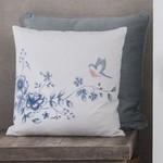 EB-Early Bird is een textielserie in wit met blauwe bloemen en een vogeltje met een tikkie roze.