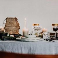 Een feestelijk gedekte kersttafel voor een onvergetelijk kerstdiner