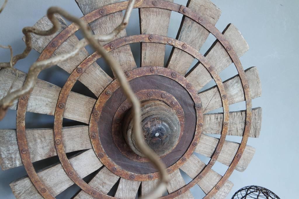 Oud spinnewiel op standaard