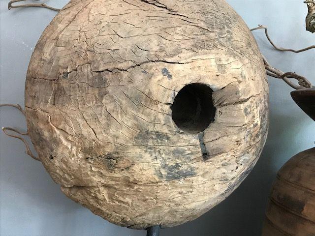 Zwaar oud houten wiel op statief