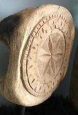 Houten ornament op statief