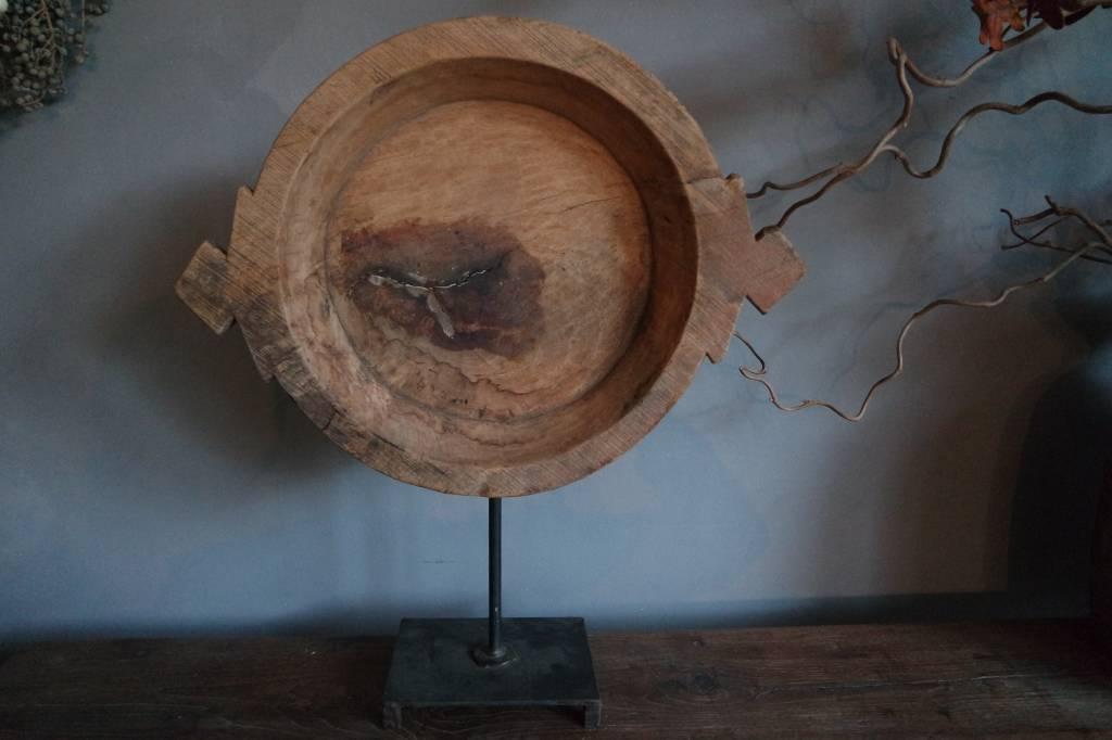 Oude houten schaal op statief