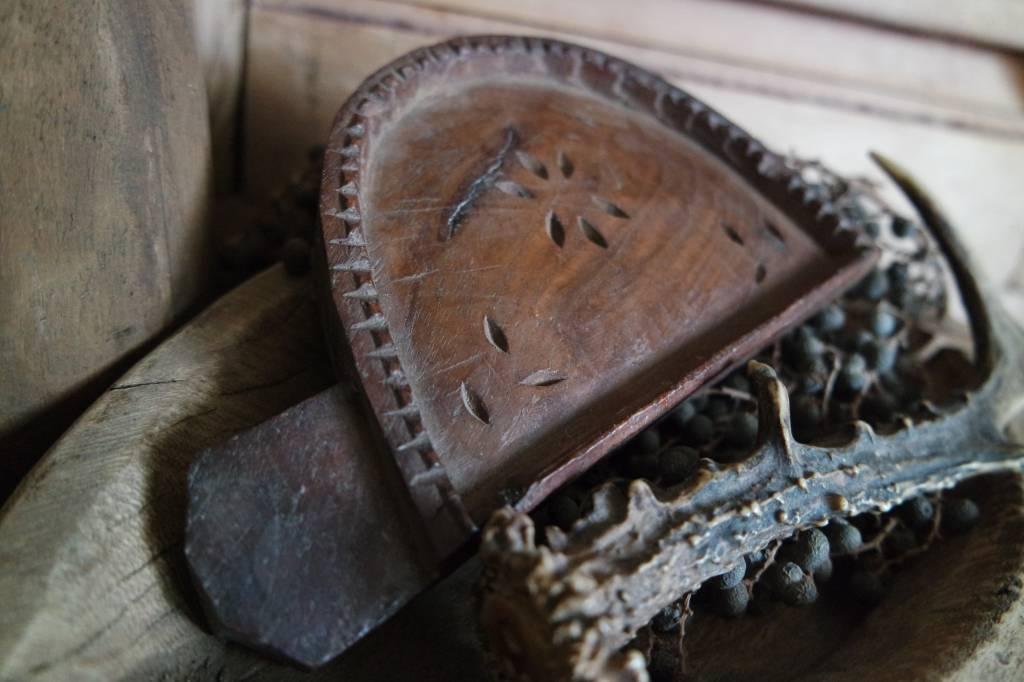 Oud houten tempelbakje