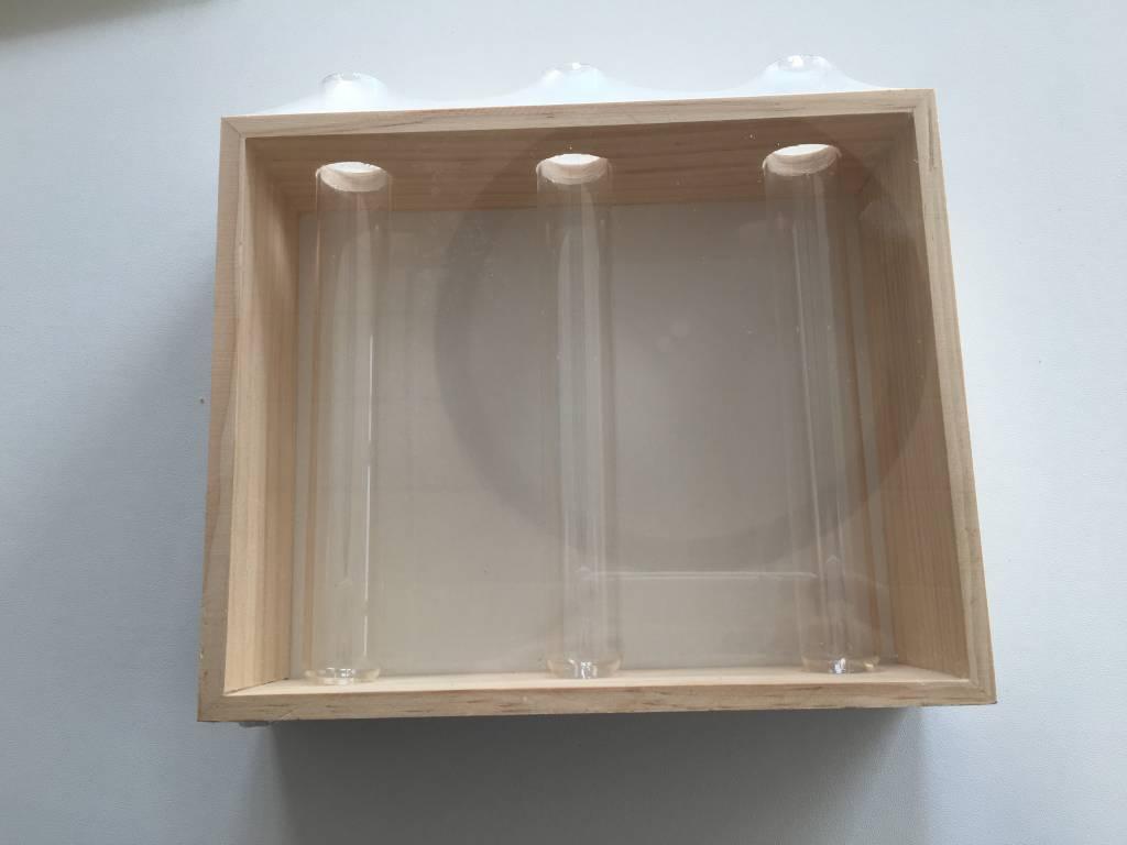 Houten staander met 3 glazen vaasjes