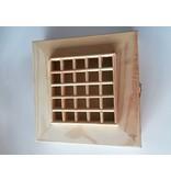 Houten vierkante doos met gaatjes