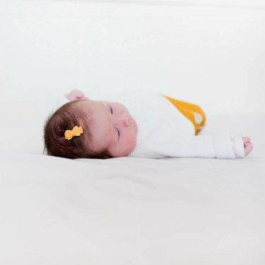 Your Little Miss Baby haarspeldjes met okergele strik