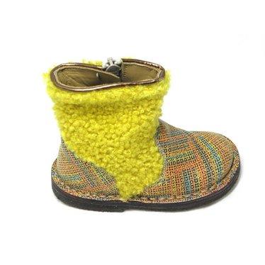 Pèpè Botje,harig geel been met gekleurde voet