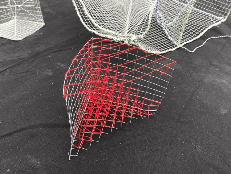 kubus achtige kunstwerken van staaldraad