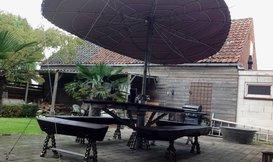 Een parasol schoren met staalkabel