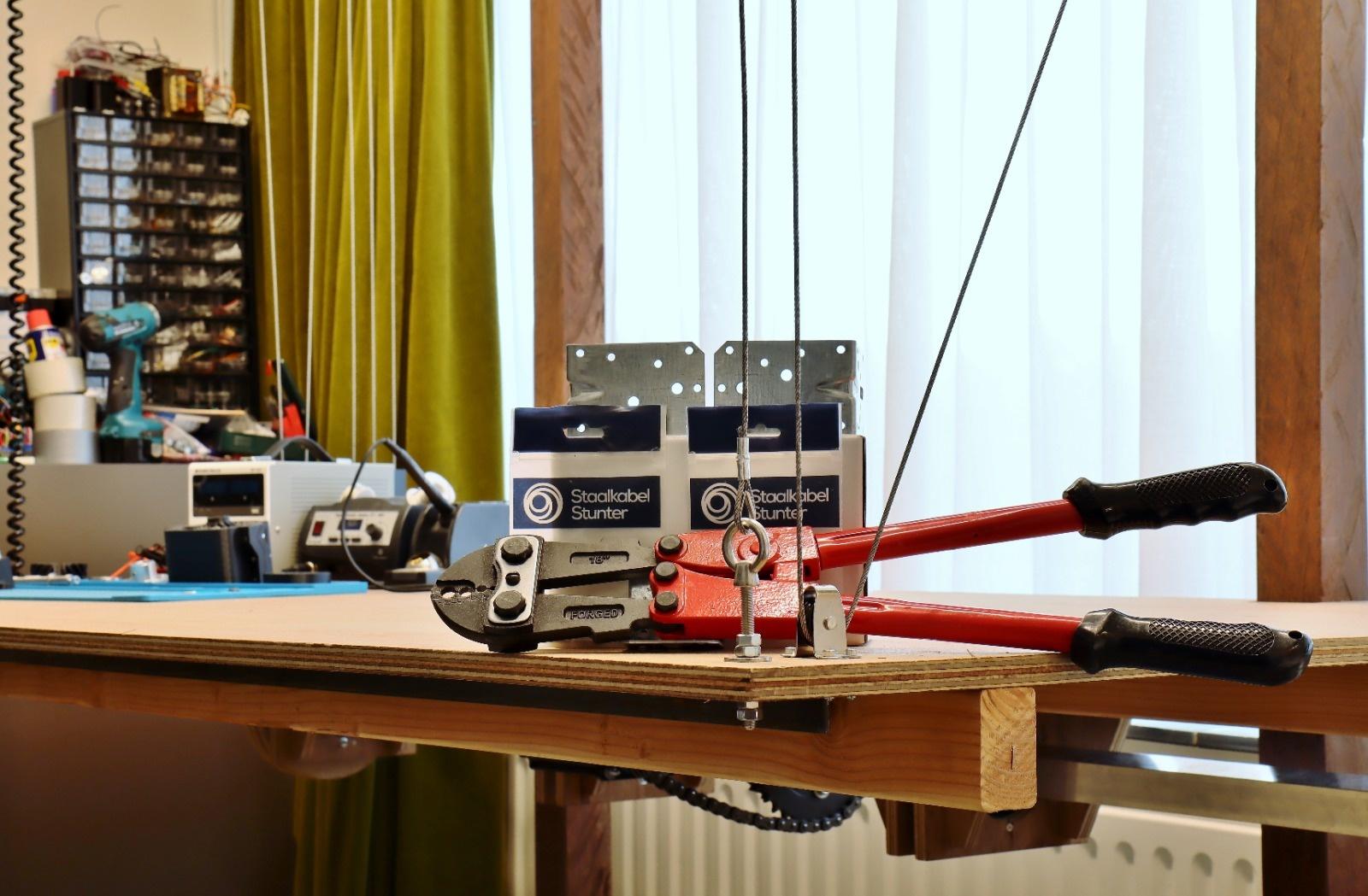 Ruben maakt zelf een verstelbare tafel met staalkabel
