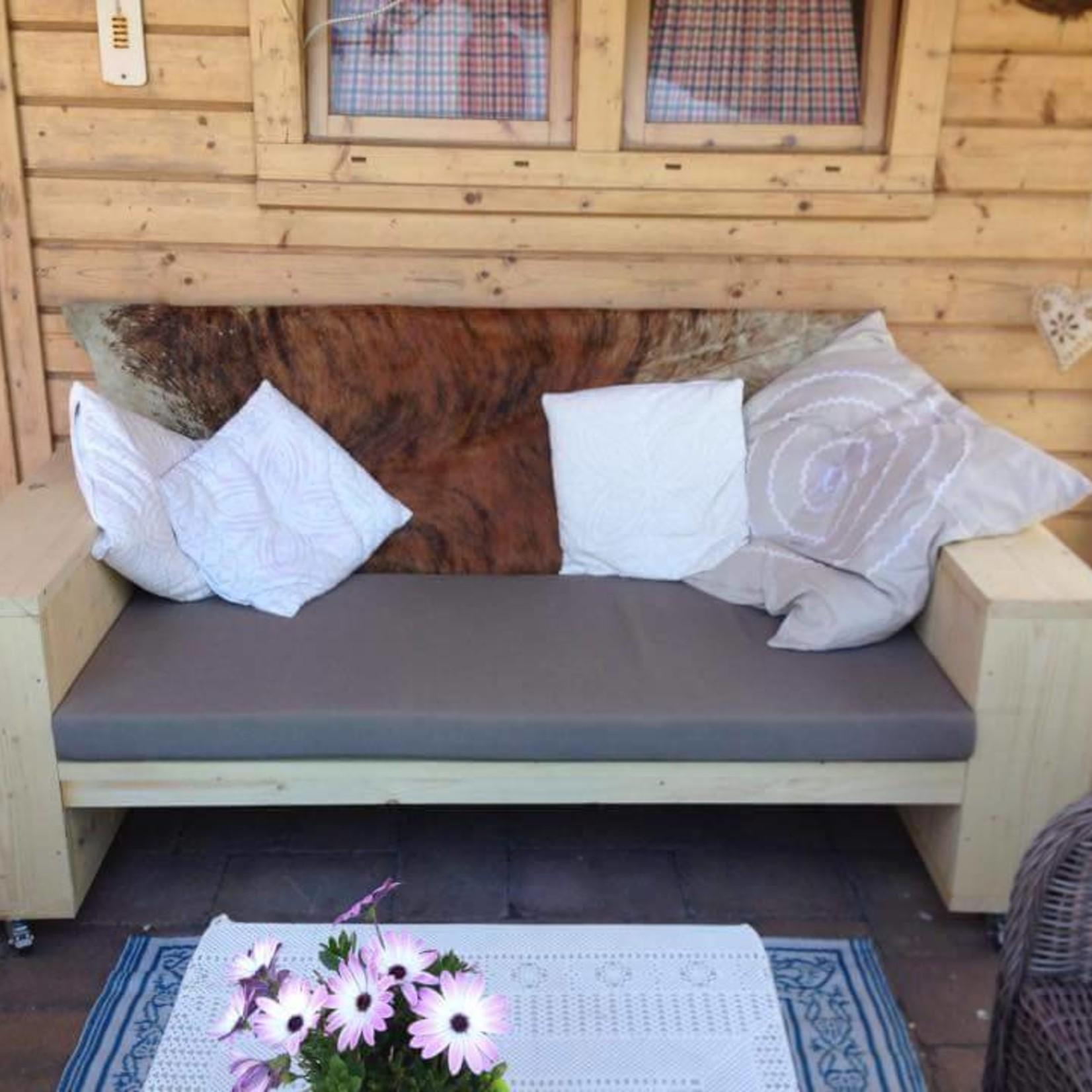 Tuinbank met 20 cm leuningen, zitting 60 cm diep