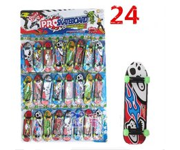 24 stks Mini Plastic Duim Vinger boards glow in the dark lichtgevende Toets wiel kids Speelgoed Vinger Skate vinger skateboard