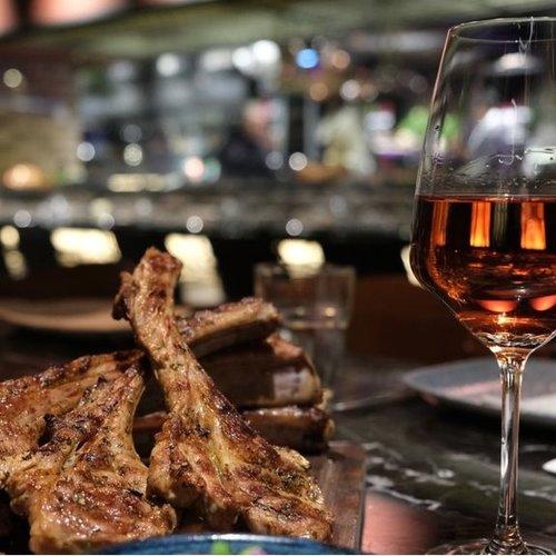 Wijn bij lamskoteletten