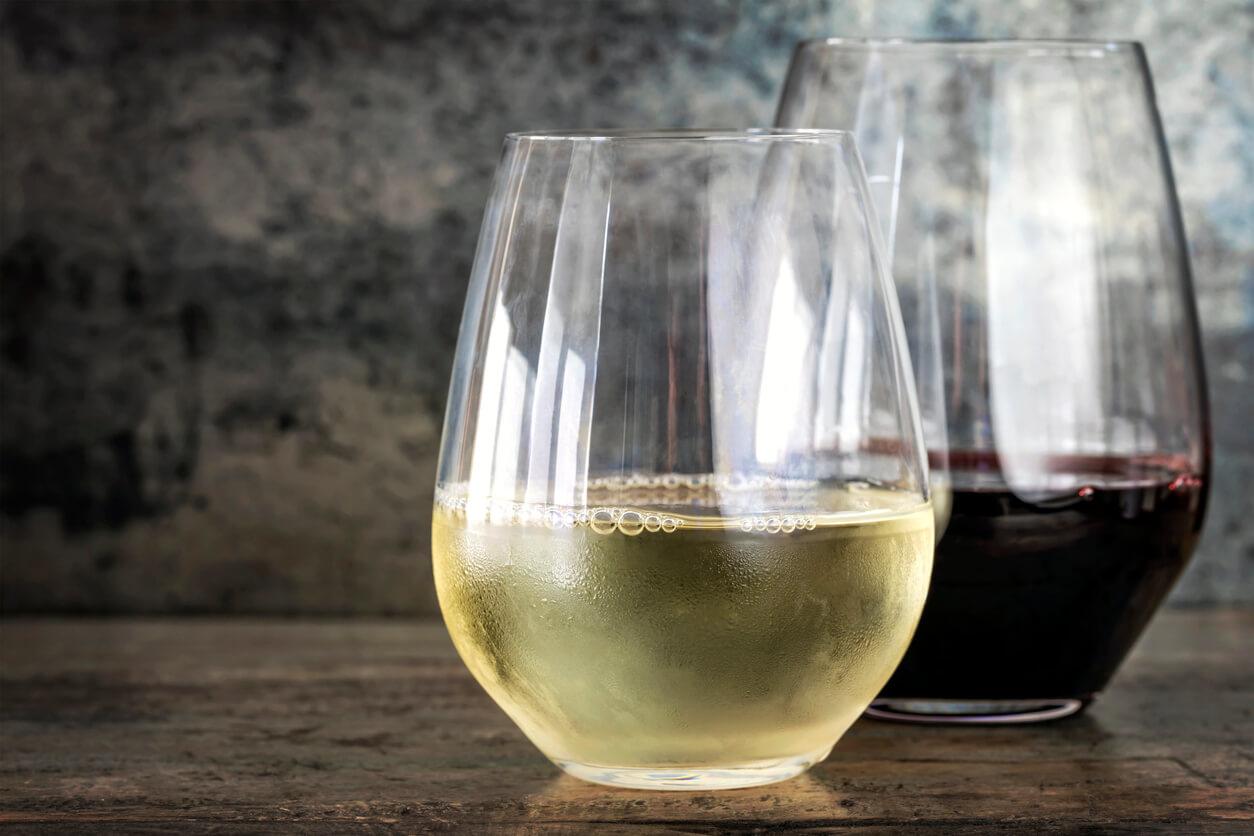 De voor- en nadelen van wijnglazen zonder steel