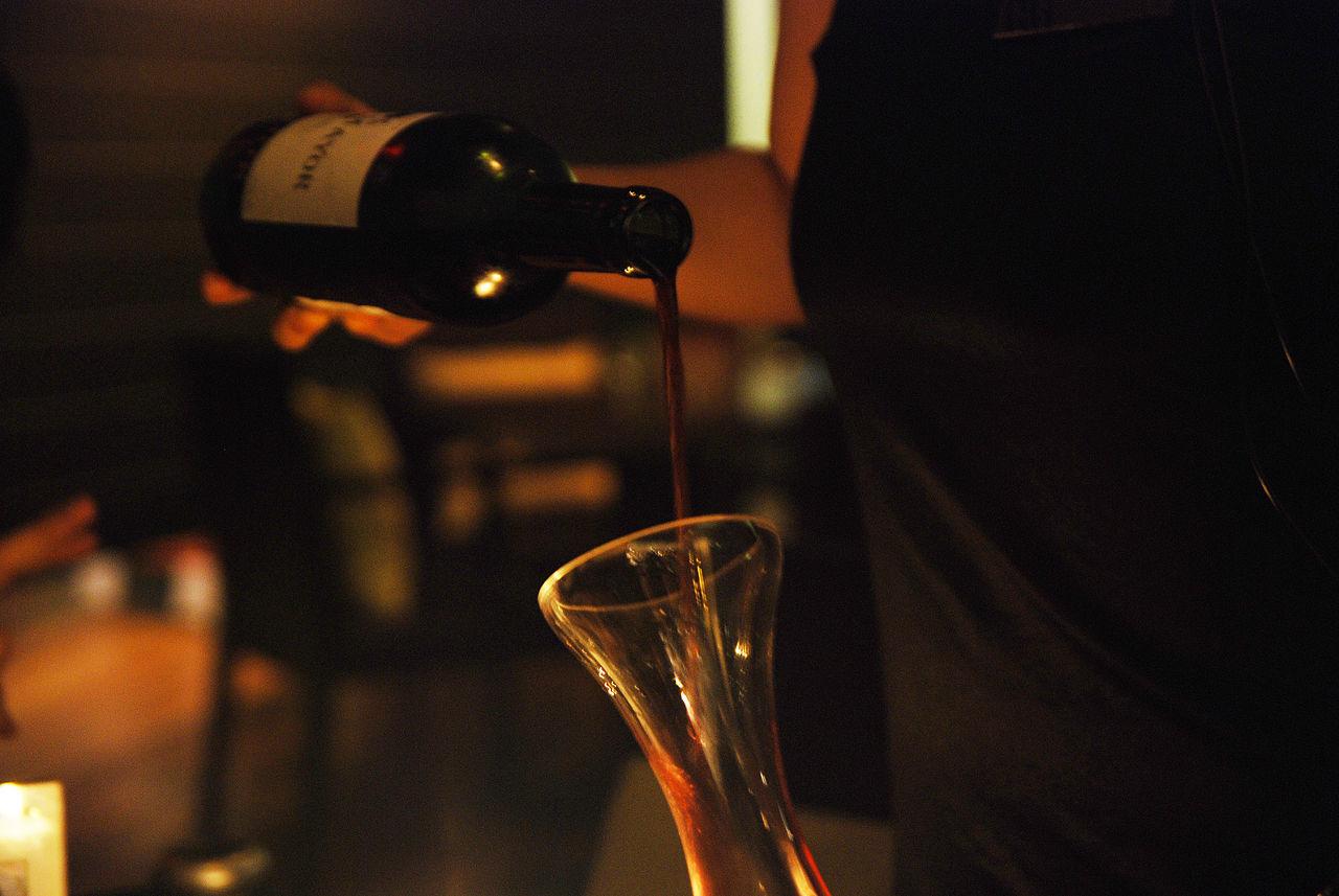 Wijn decanteren. Wanneer en hoe?