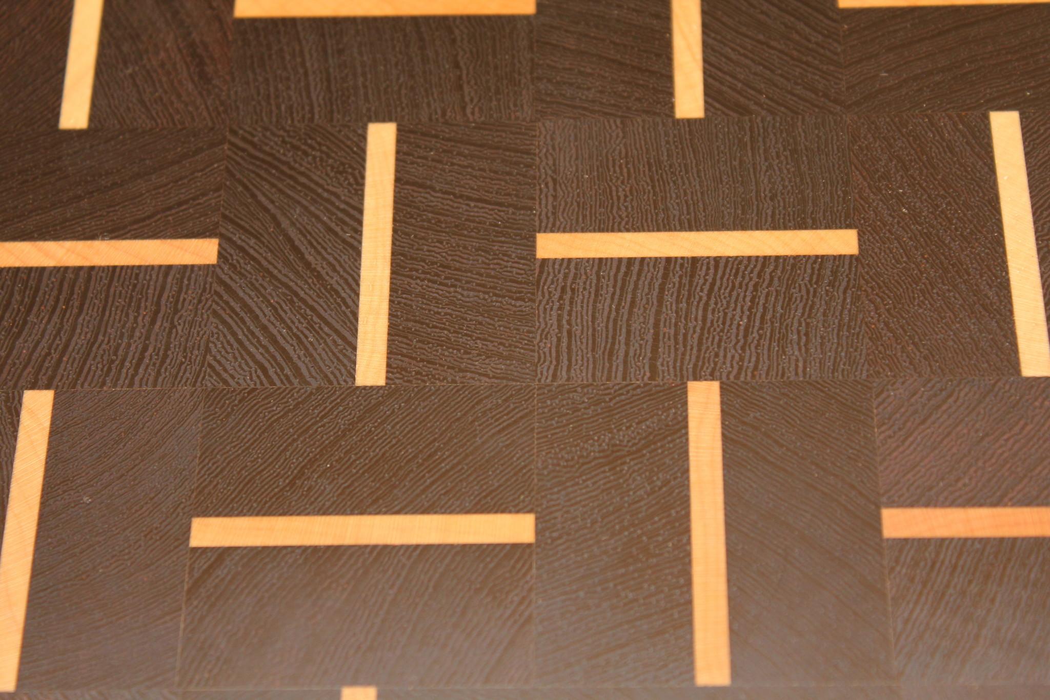 Kopshouten snijplank van zwart wengé walnoot met streepjes esdoorn in een alternerend patroon