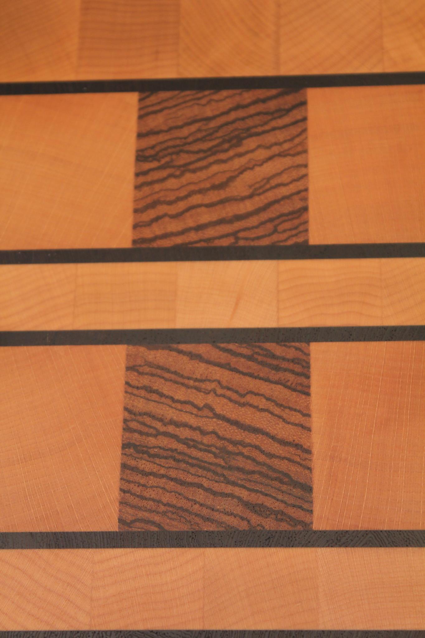 kopshouten snijplank van gestoomd beuken, met blokjes zebrano en dunne lijnen wengé