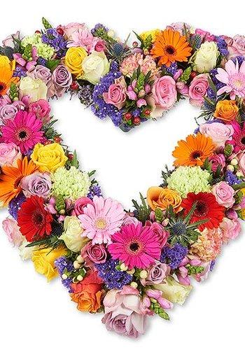 Kleurrijk open hart vorm rouwboeket