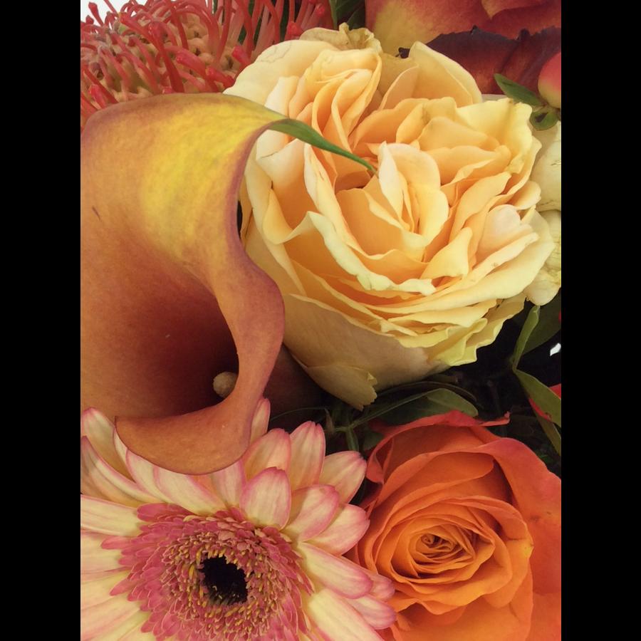 Boeket oranje rood tinten seizoensbloemen-1