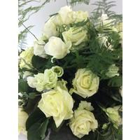 thumb-Biedermeier rouwarrangement van witte rozen W2-2