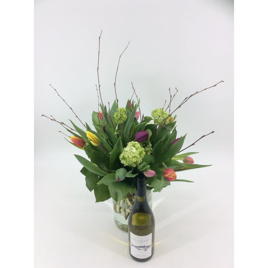 Tulpenboeket met  fleswijn-2