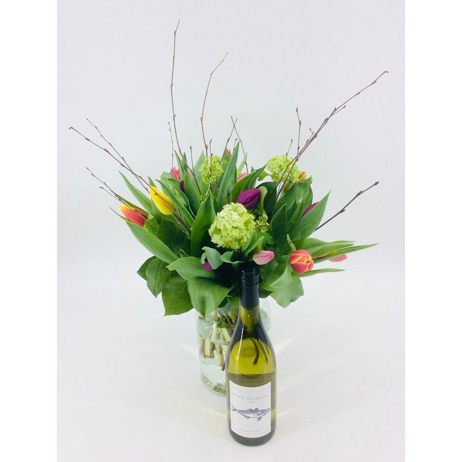 Tulpenboeket met  fleswijn-1