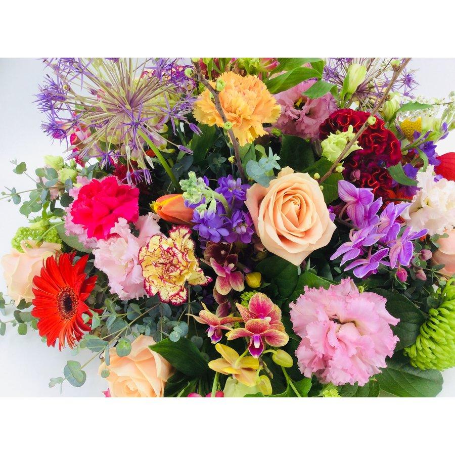 Royaal bont bloemrijk arrangement-3