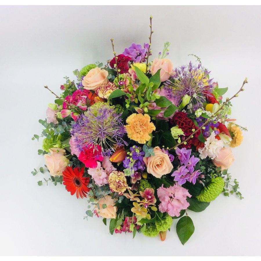 Royaal bont bloemrijk arrangement-1